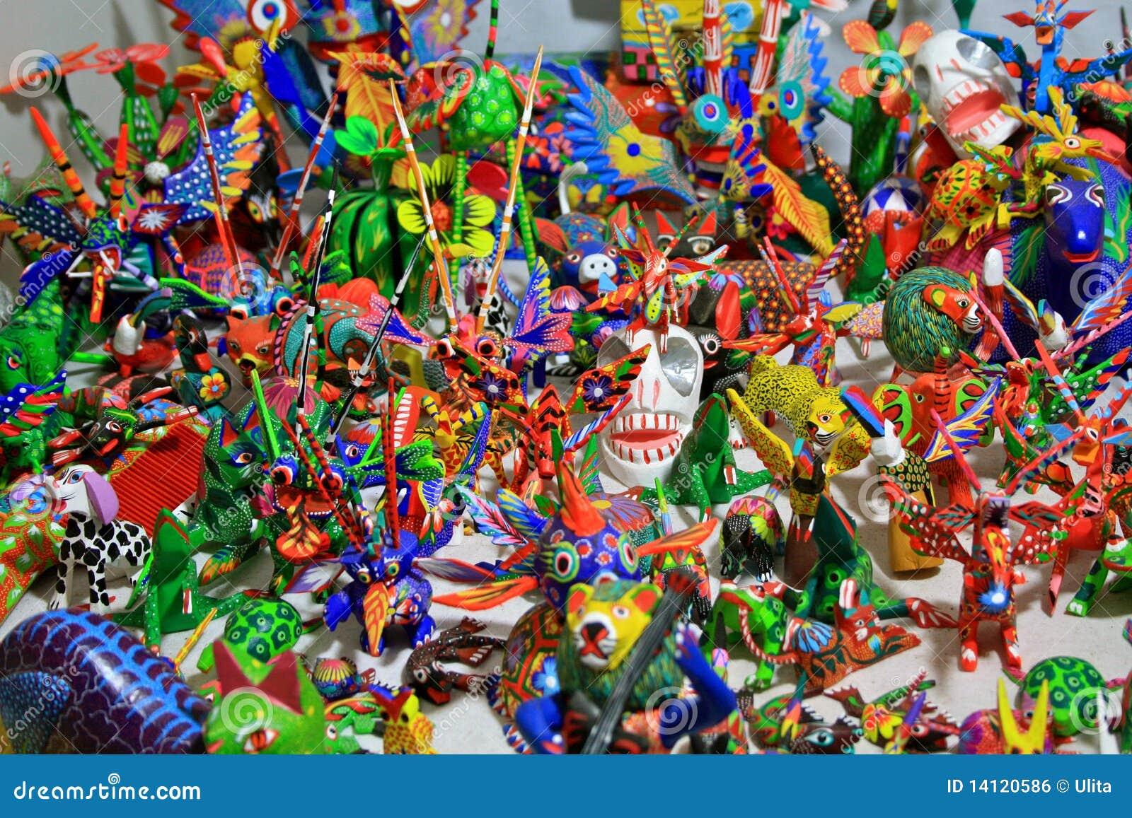 Sculptures de fantaisie en bois découpées colorées