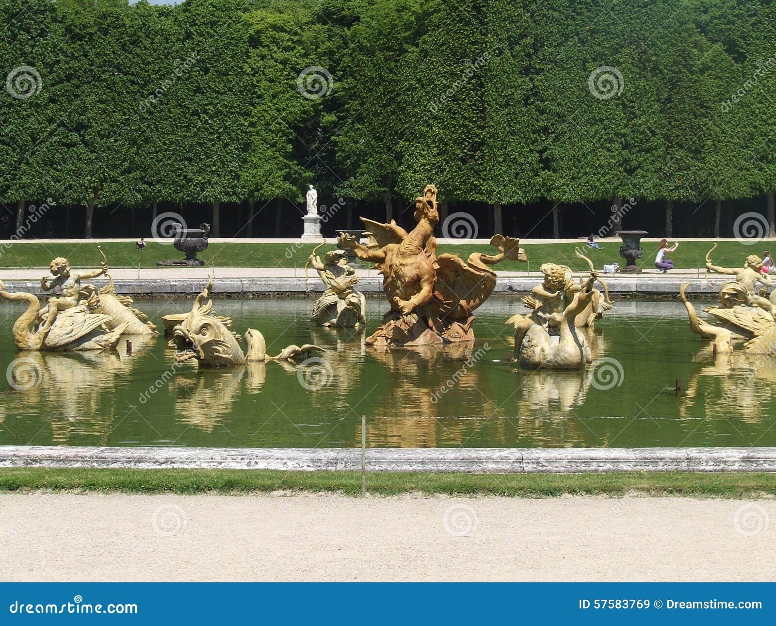 Sculptures en fontaine de jardin de versailles photo stock for Jardin versailles