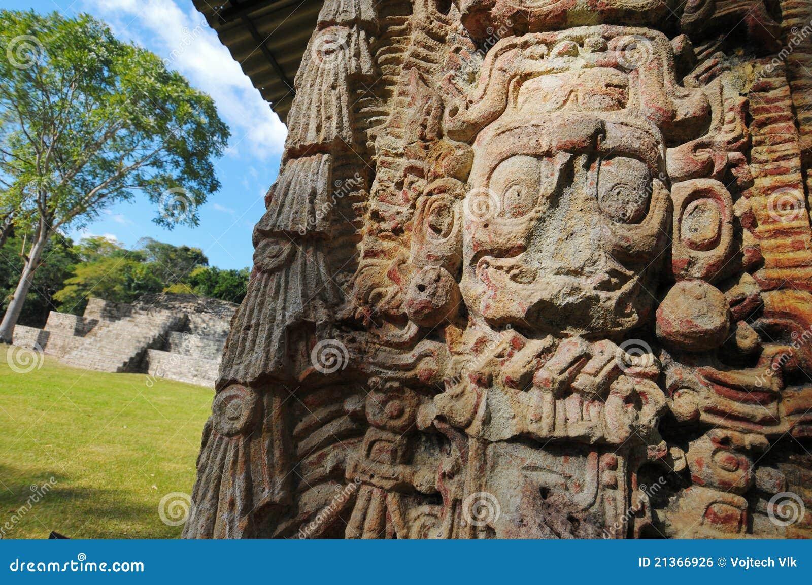 Sculptures en stationnement archéologique dans des ruinas de Copan