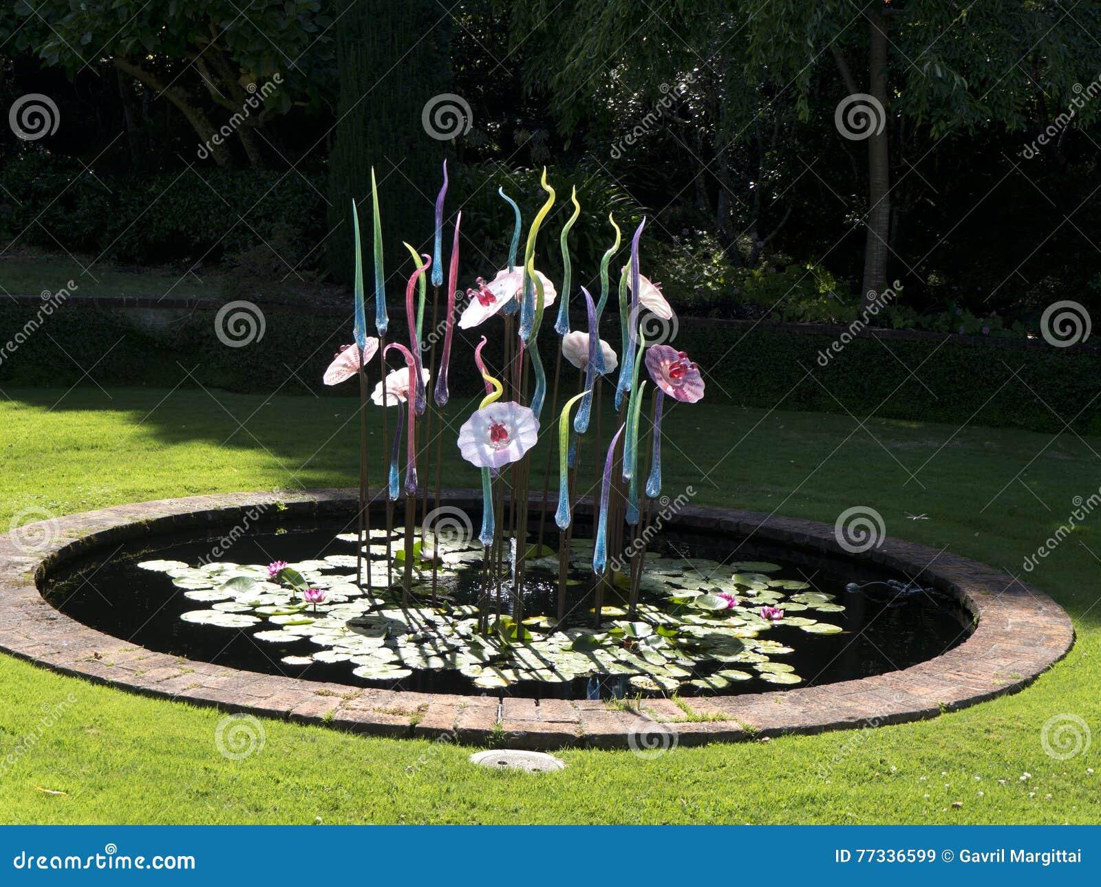Sculture di vetro in uno stagno immagine stock immagine for Sculture di fiori