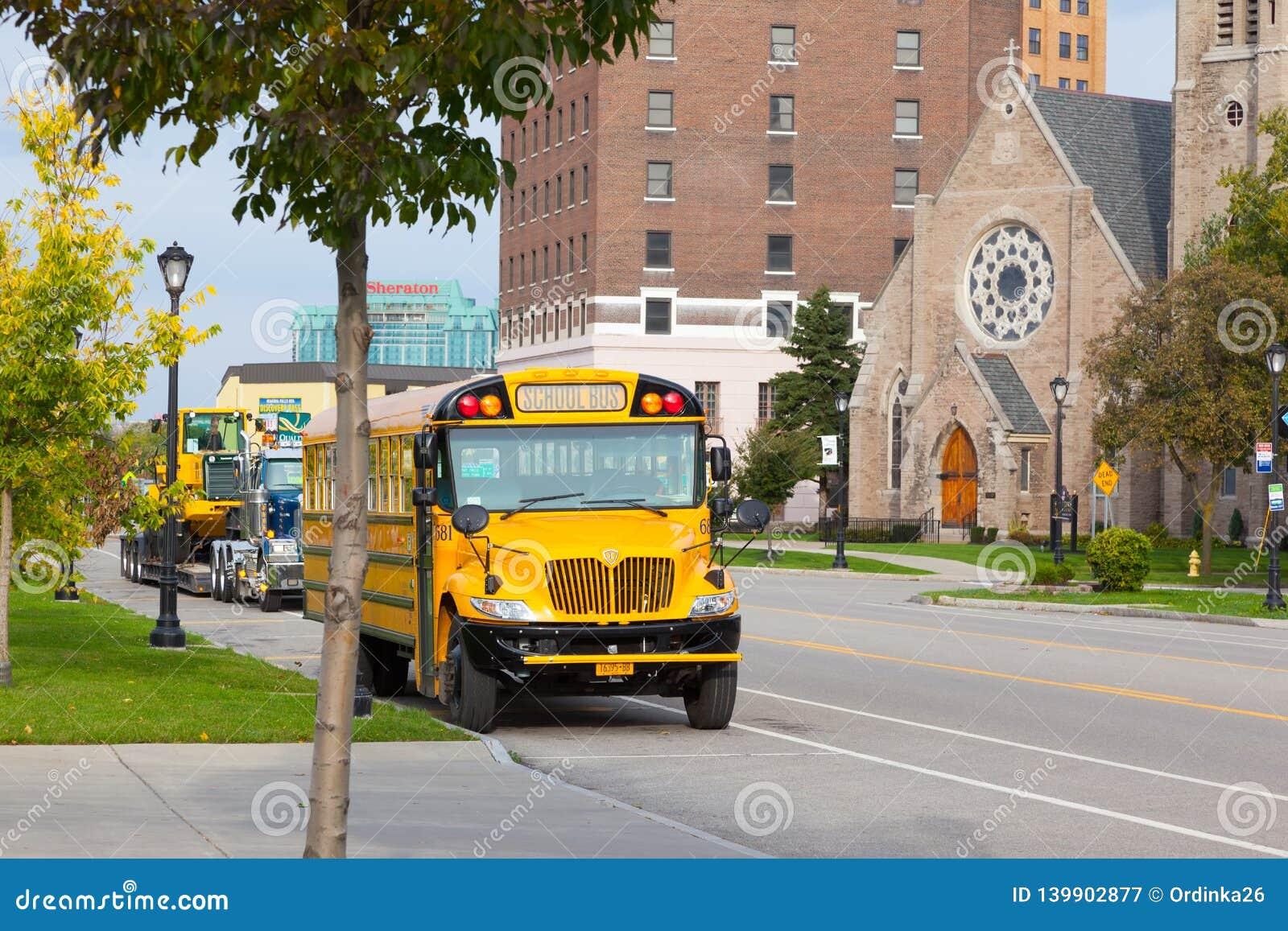 Scuolabus giallo nella via nella Buffalo della città Vista frontale