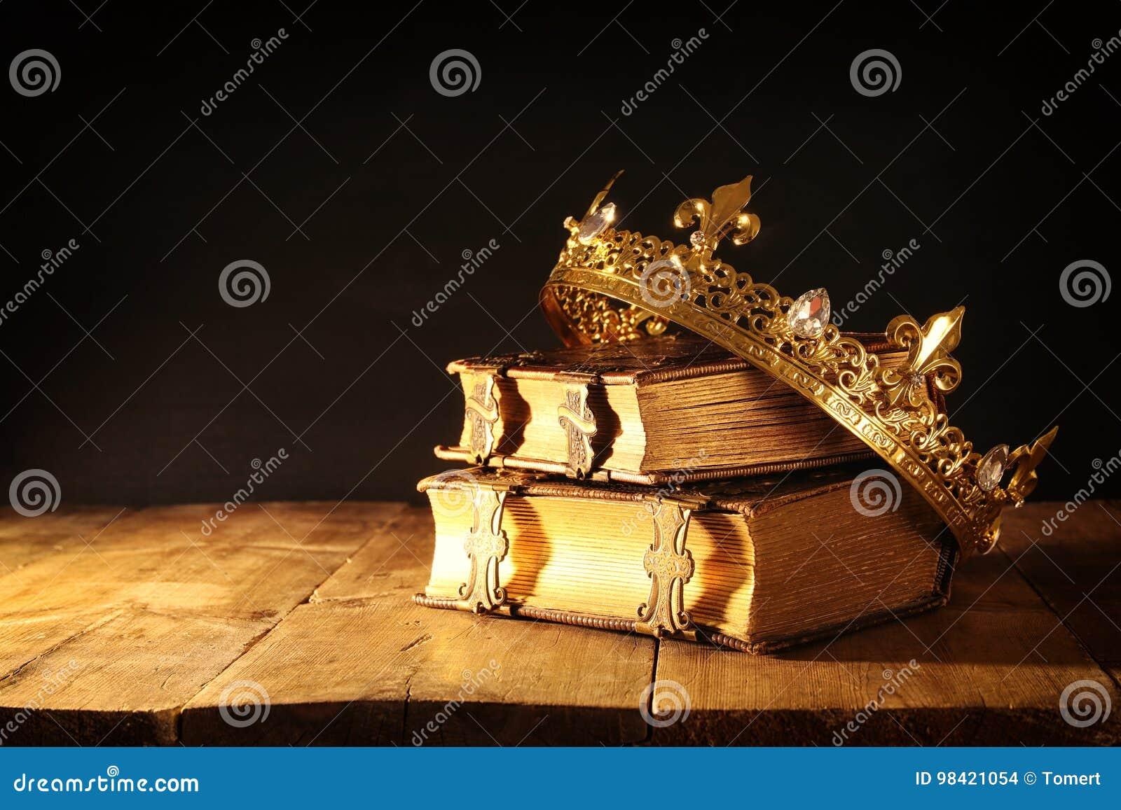 Scuro Di Belle Reginacorona Di Re Sui Vecchi Libri Annata Filtrata