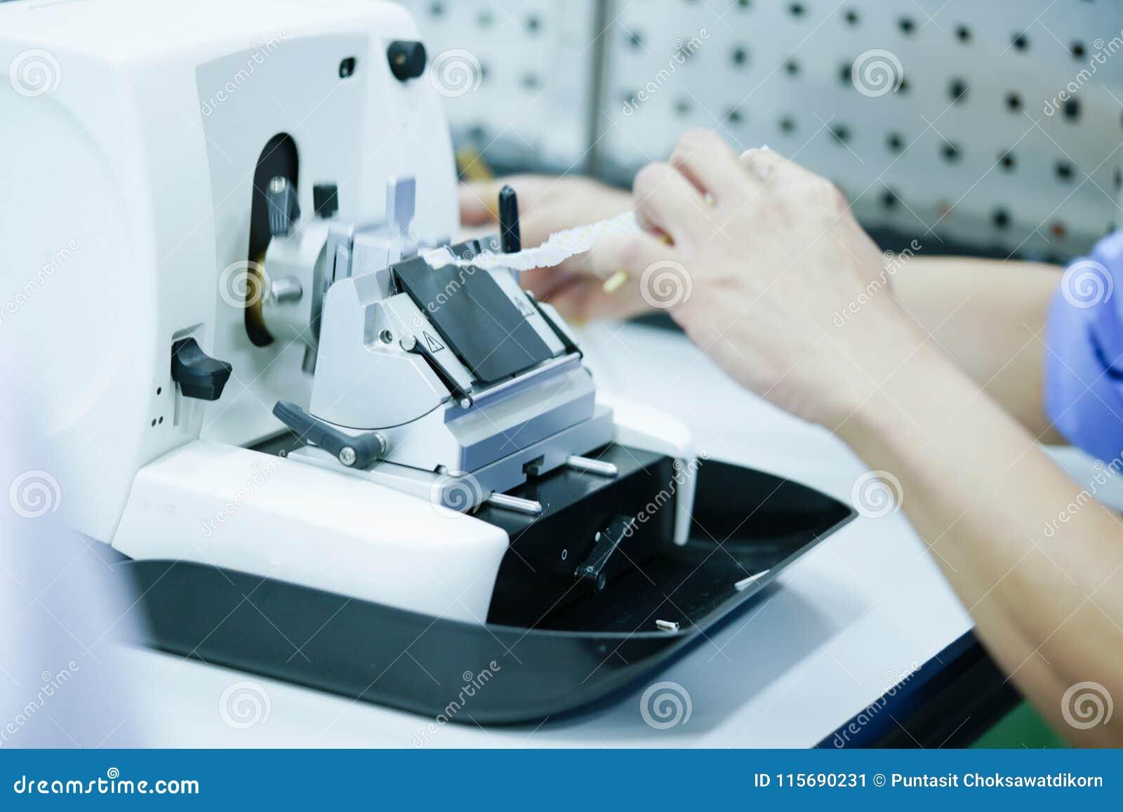 A seção giratória do Microtome para o diagnóstico na patologia faz o microsc
