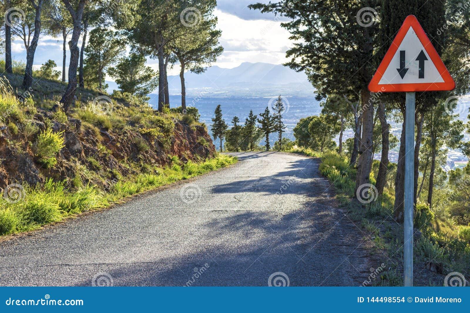 Señal de ambas direcciones en un camino peligroso de la montaña en Murcia, España