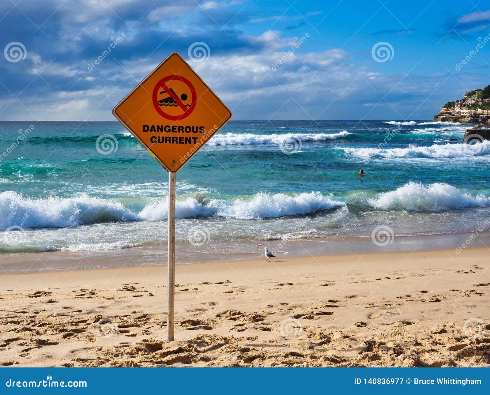 Señal de peligro actual peligrosa en la playa de Bondi, Sydney, Australia