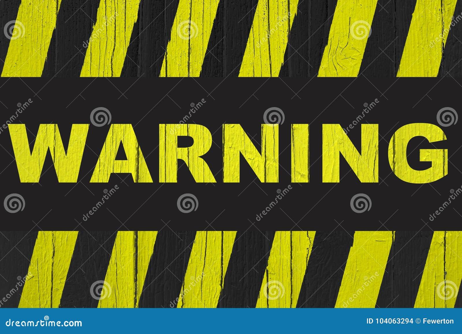 Señal de peligro con amarillo y rayas negras pintadas sobre la madera agrietada