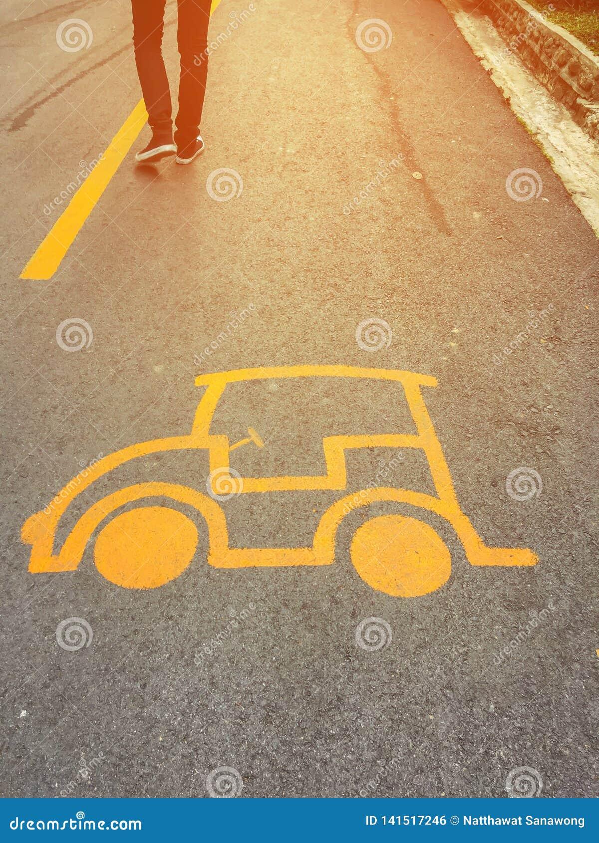 Señal de peligro del coche en la carretera de asfalto