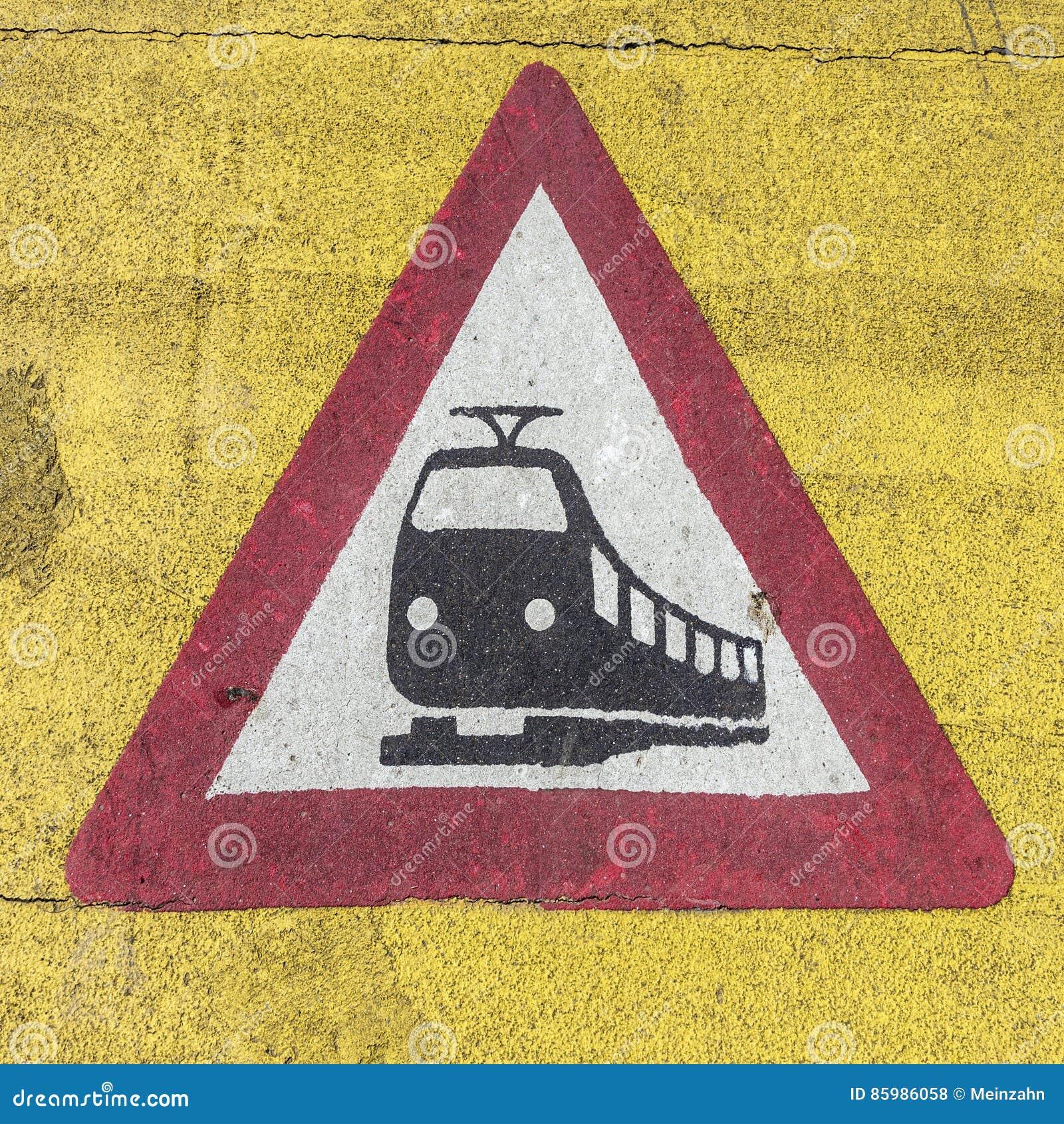 Señal de peligro del tren en una travesía de ferrocarril