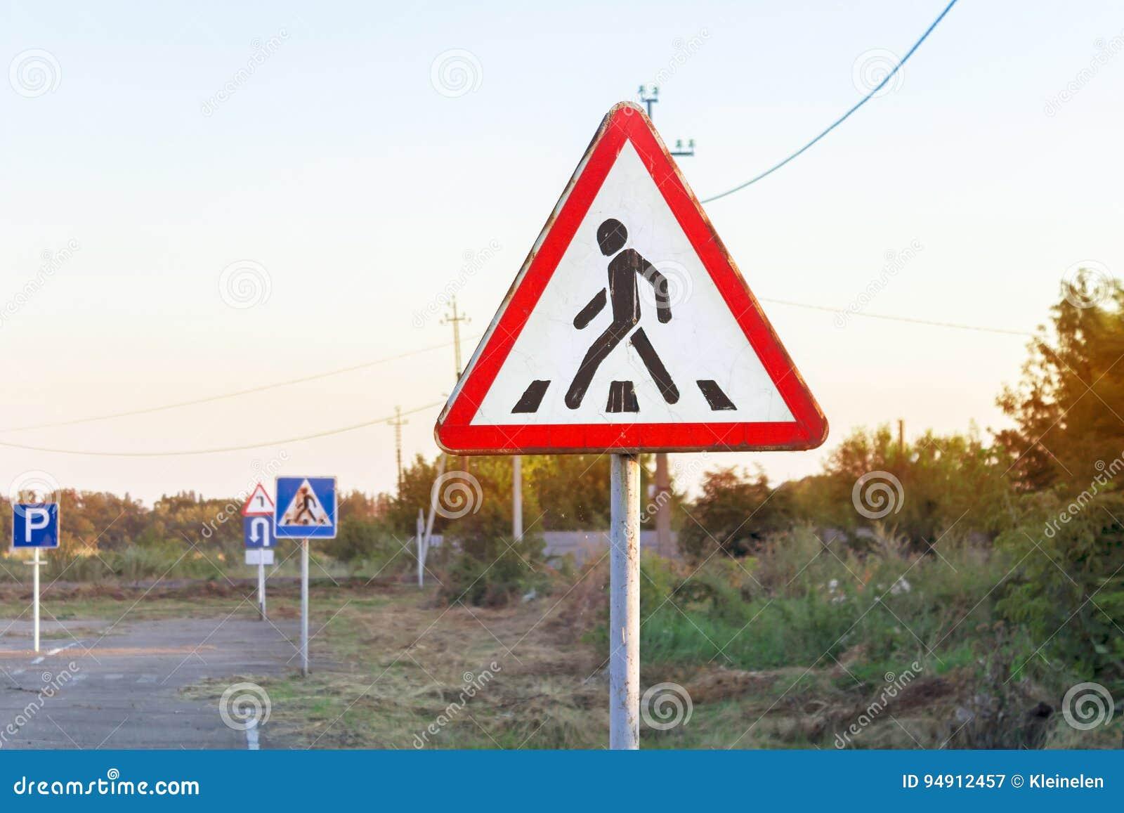 Señal de tráfico de la alarma del paso de peatones, diversas señales de tráfico, terreno de entrenamiento de la escuela de conduc