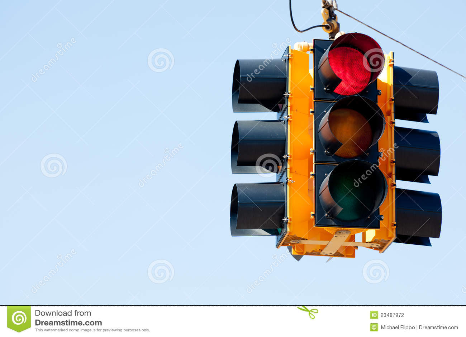 Señal de tráfico de la luz roja con el espacio de la copia