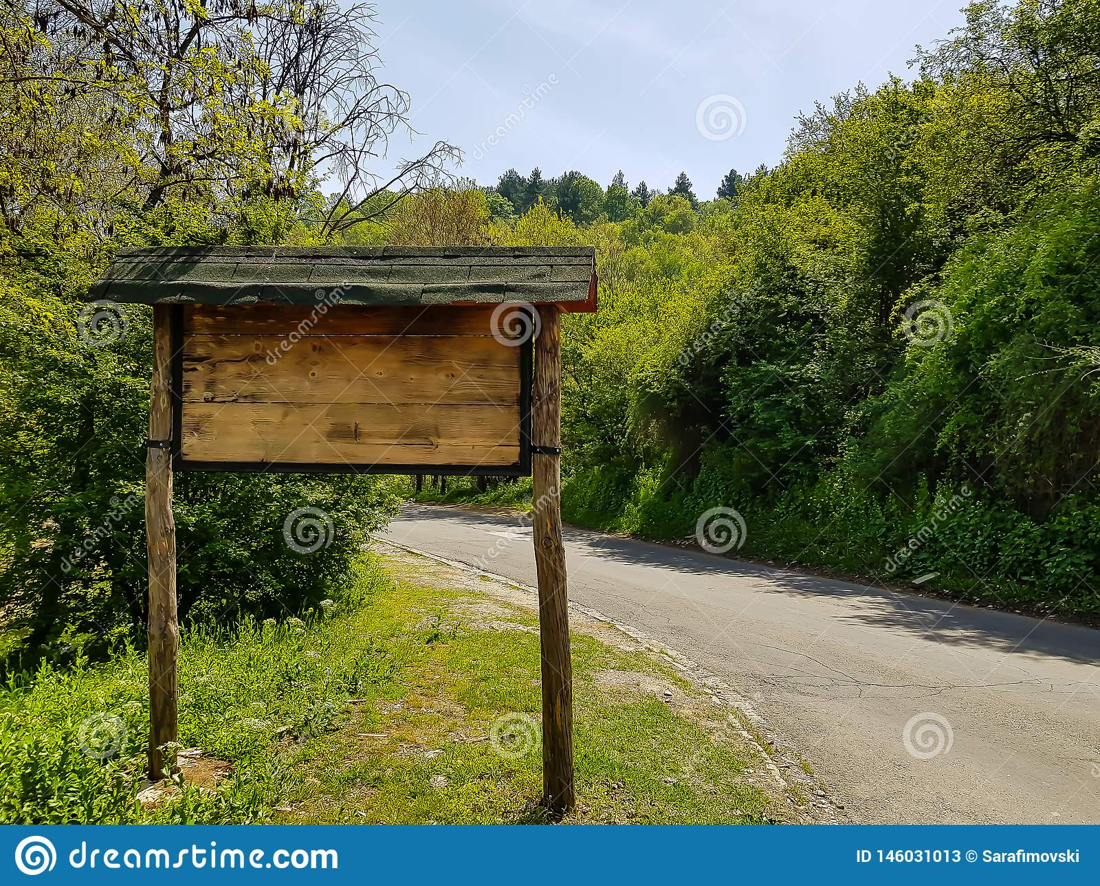 Señal de tráfico de la montaña, hecha fuera de la madera al lado del camino