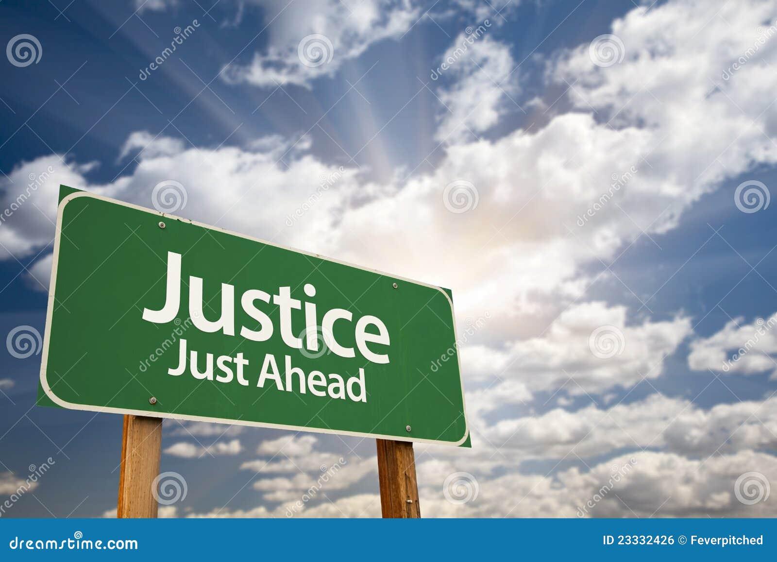 Señal de tráfico y nubes de Just Ahead Green de la justicia