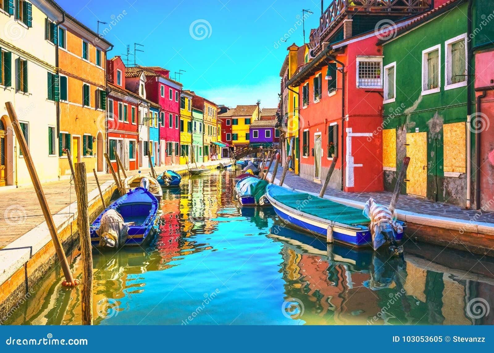 Señal de Venecia, canal de la isla de Burano, casas coloridas y barcos,