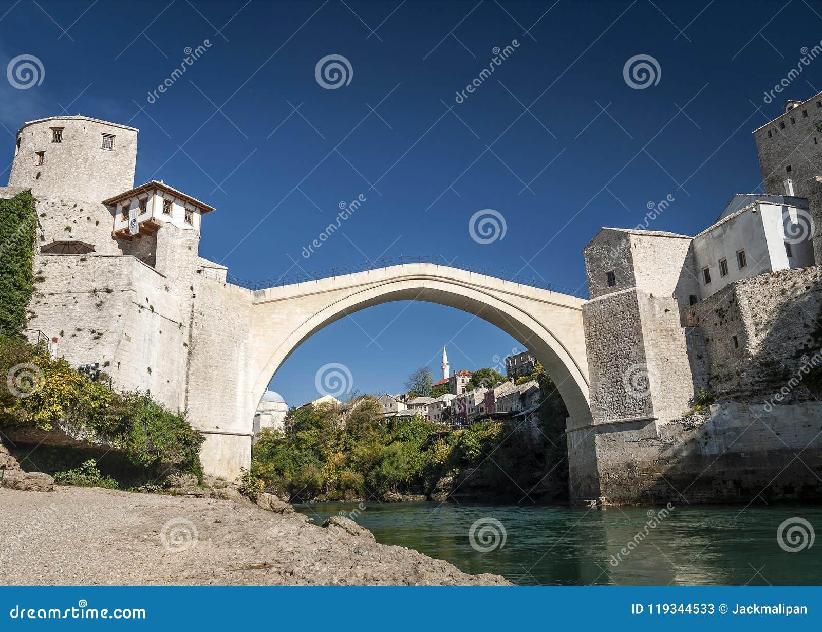 Señal famosa del puente viejo en la ciudad Bosnia y Herzegovina de Mostar