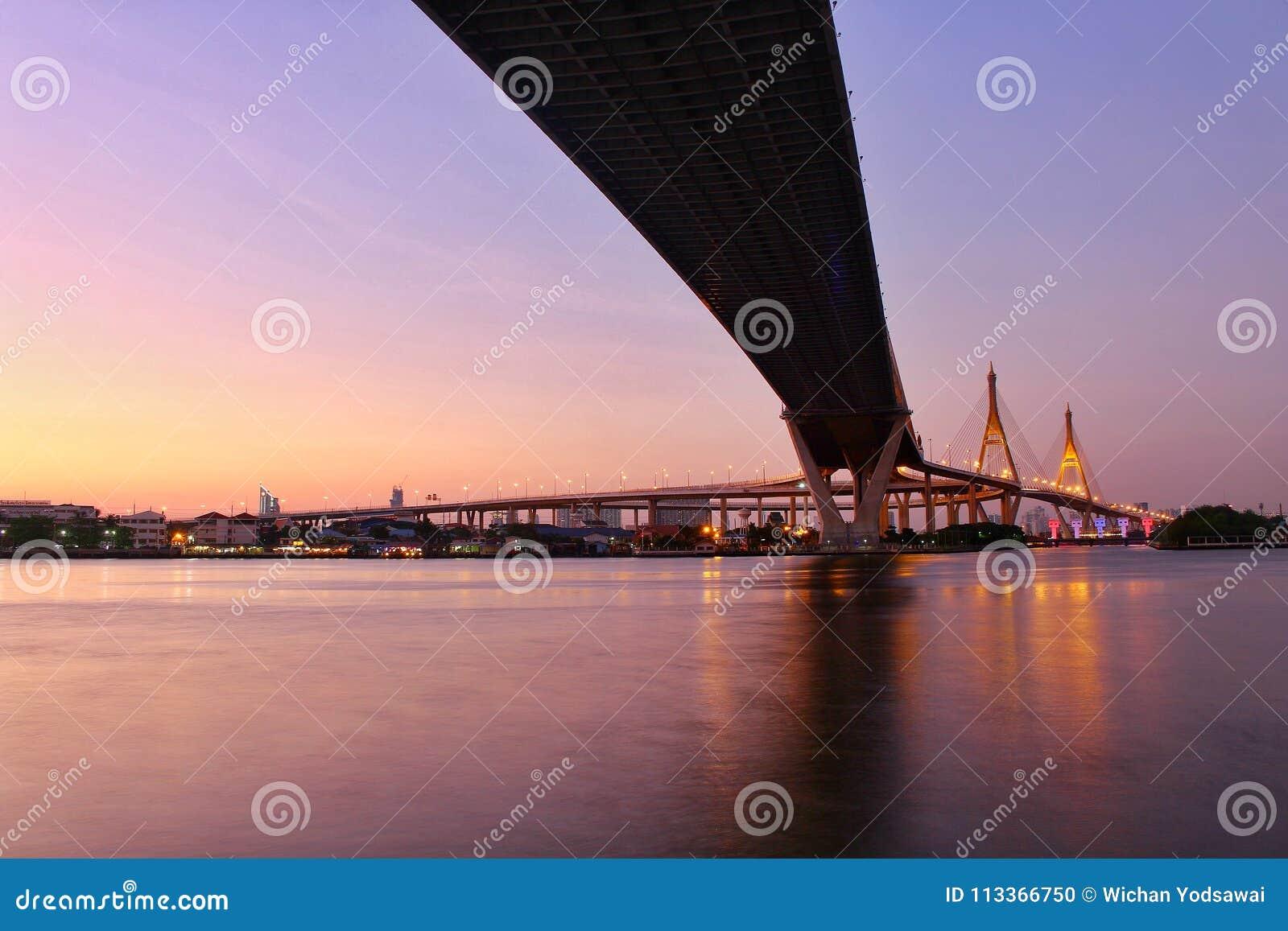 Señal, paisaje, Ove Bhumibol Bridge On los bancos de Chao Phraya River en el crepúsculo en Tailandia