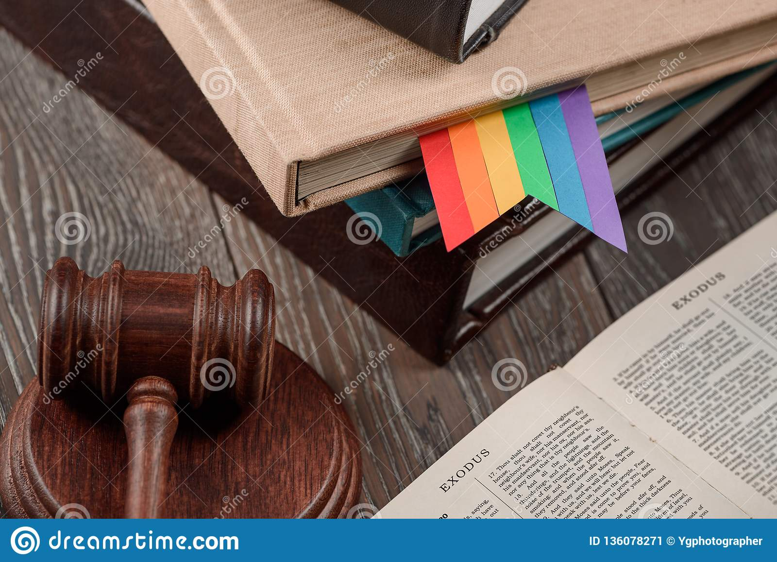 Señal y mazo del arco iris de LGBT