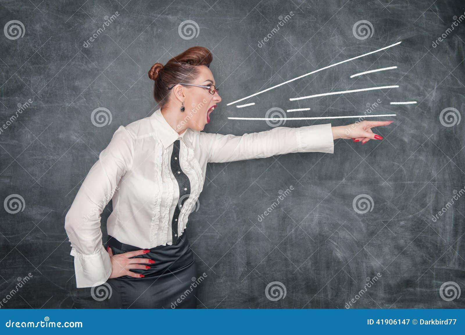 Señalamiento de griterío enojado del profesor
