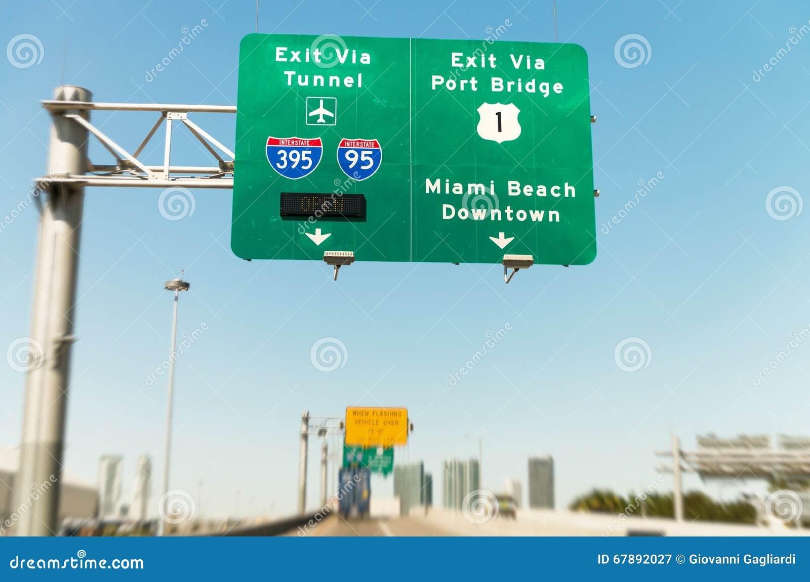 Señales de tráfico en Miami de un vehículo móvil