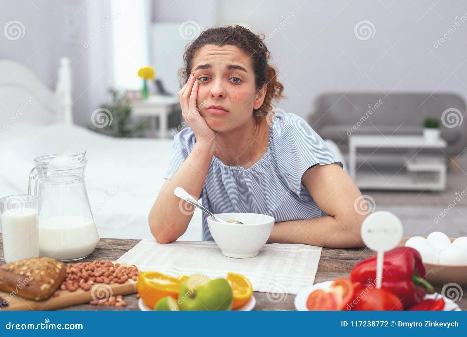 Señora adolescente que sufre de apetito bajo