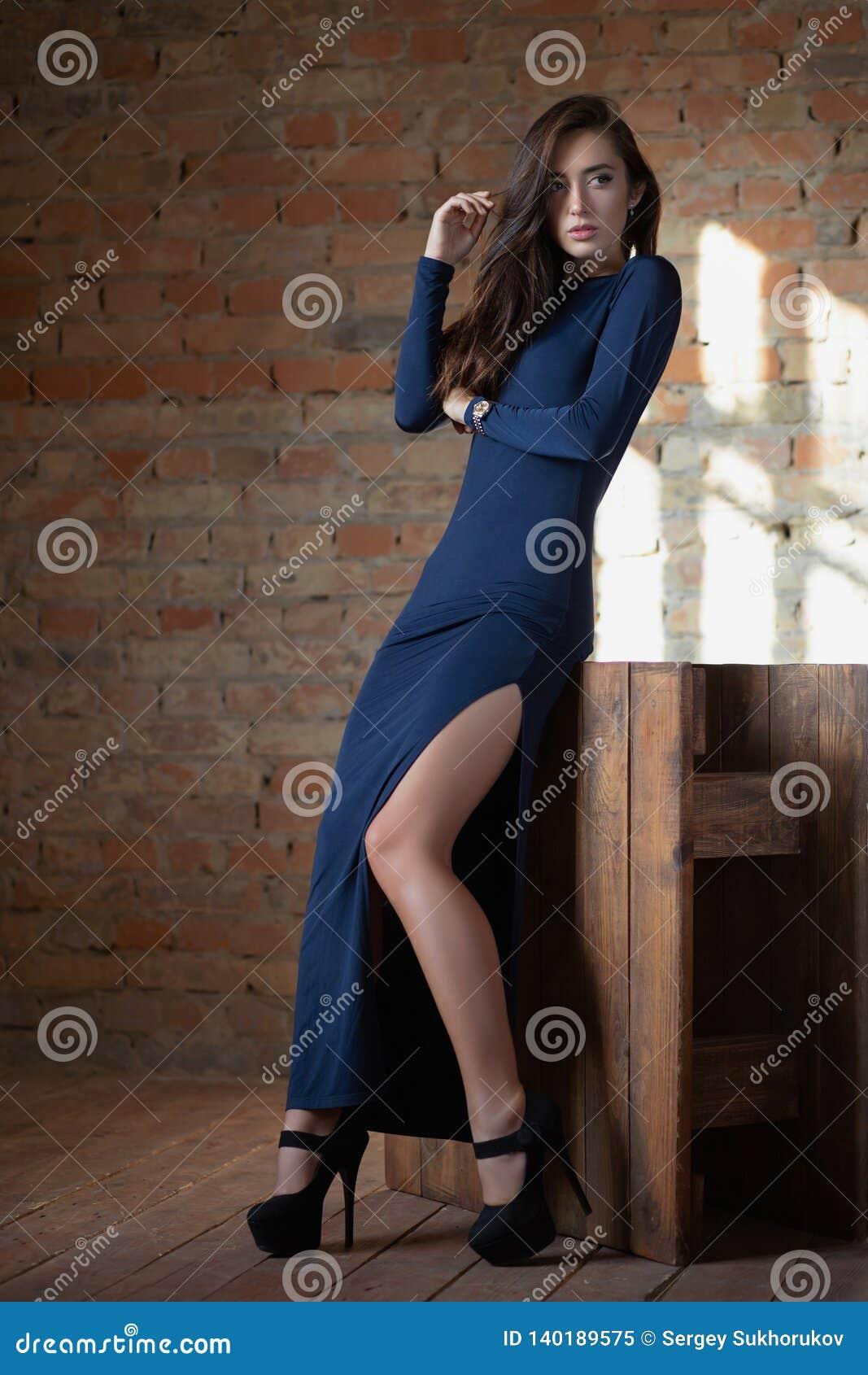 Señora atractiva que presenta en el estudio