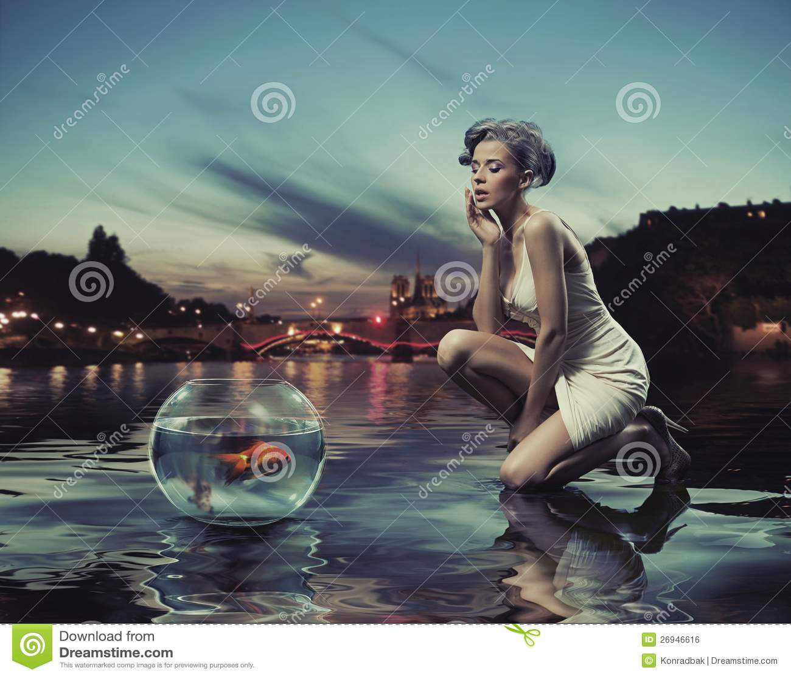 Señora de la belleza con los pescados del oro