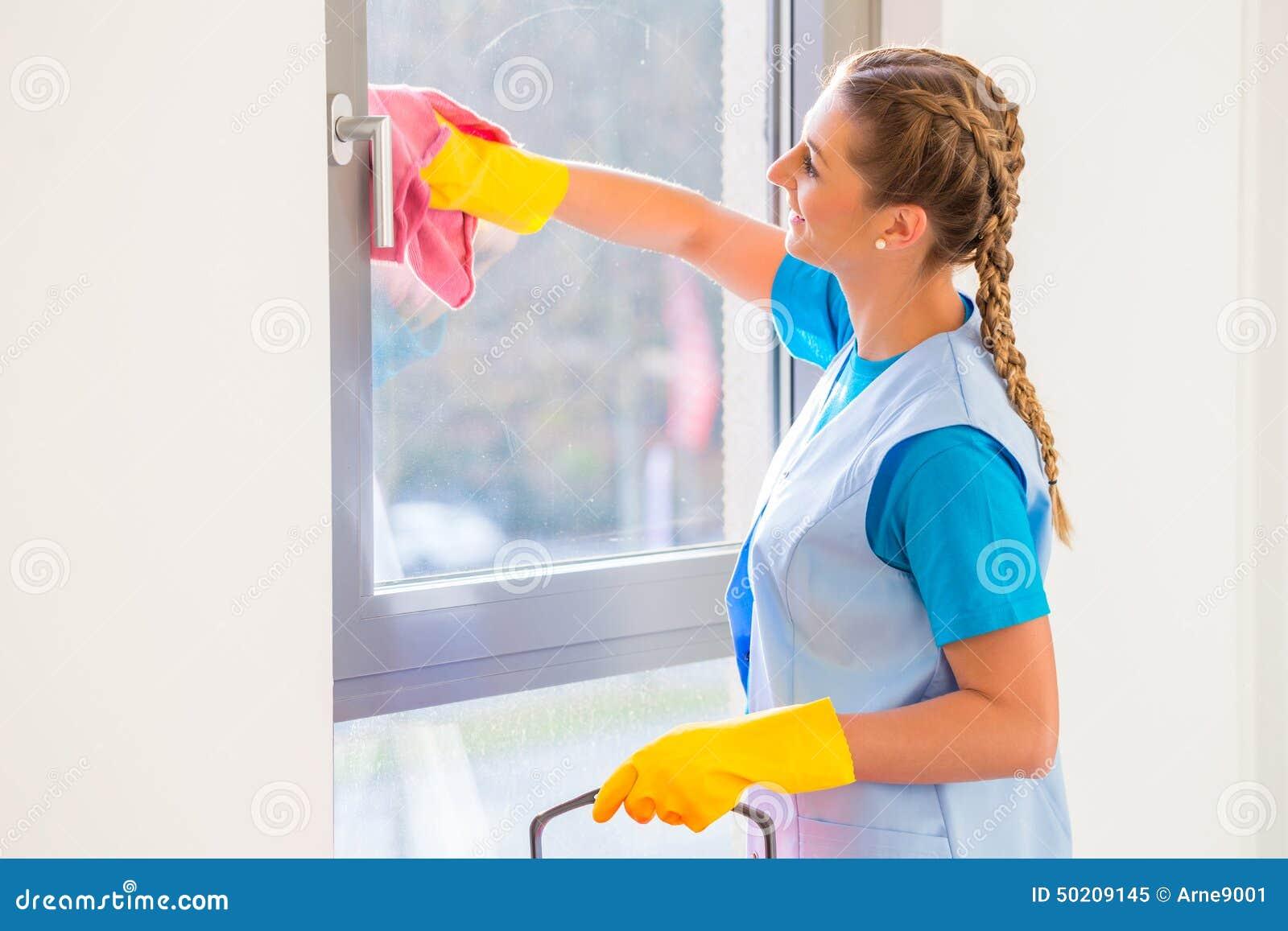 Señora de la limpieza con el paño
