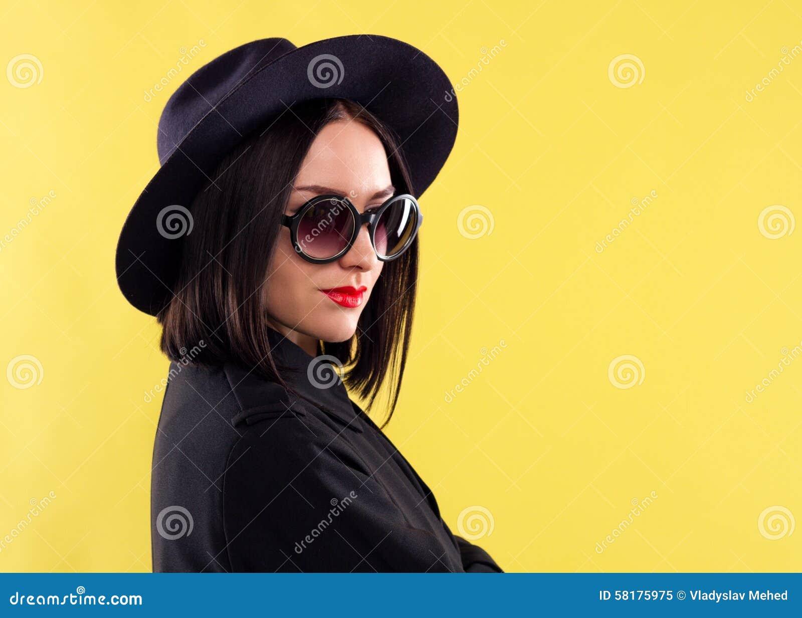 Señora elegante In Sunglasses de la moda