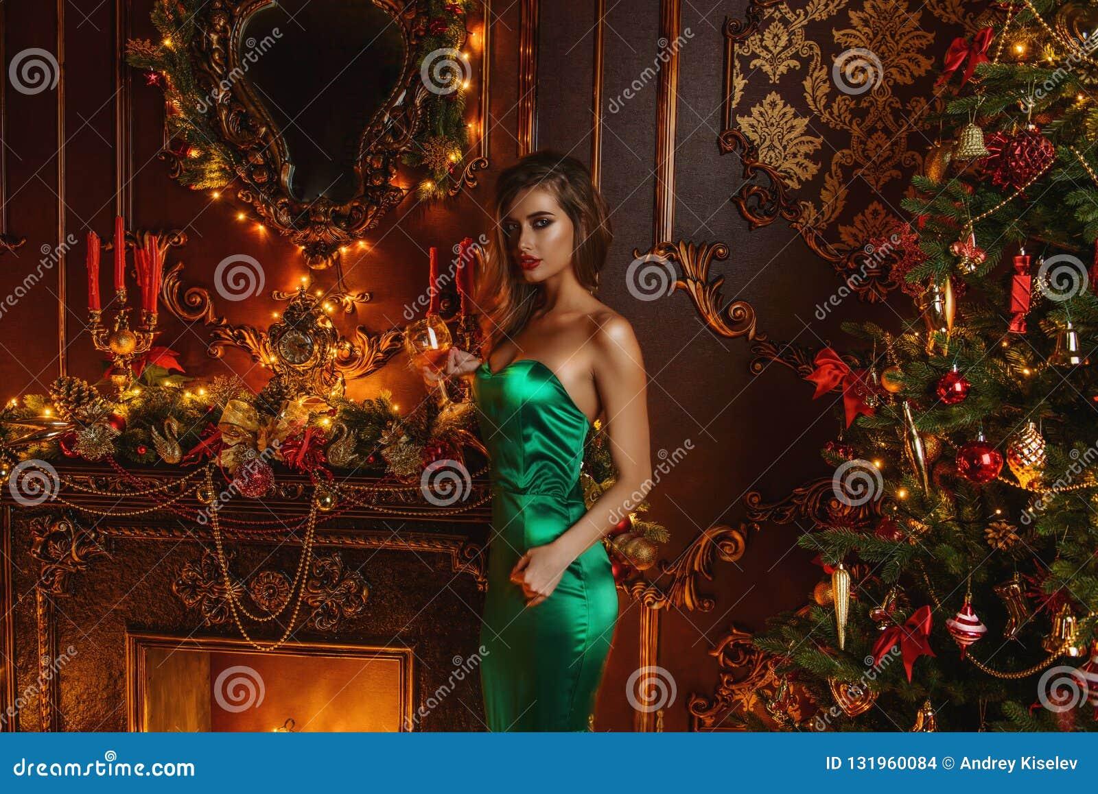 Señora en vestido del verde de la tarde