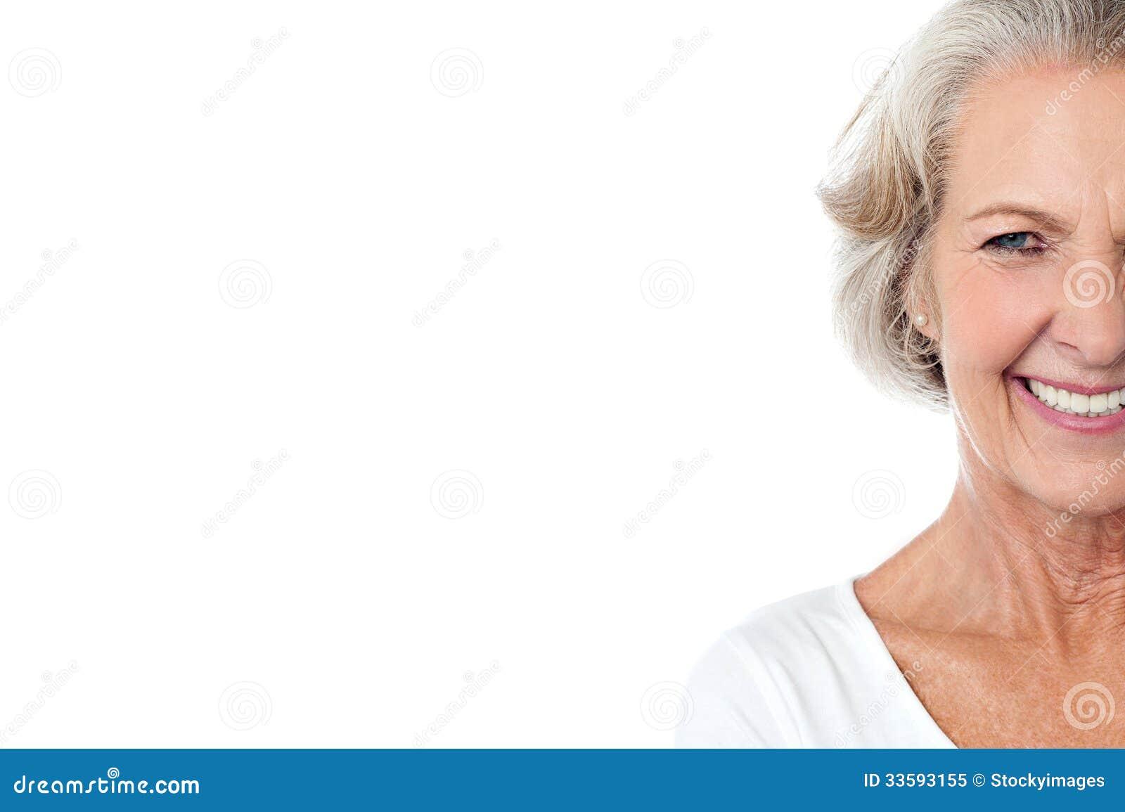 Señora envejecida alegre sonriente.