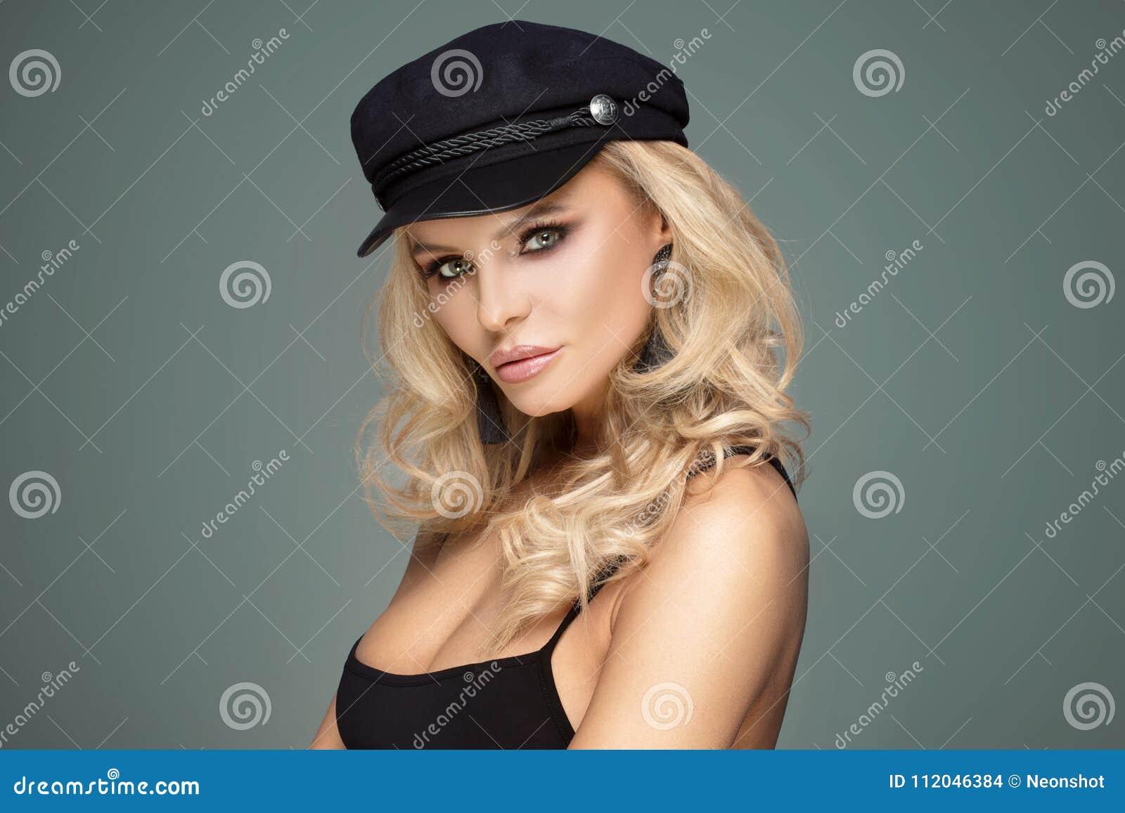 Modelo femenino del estilo francés que presenta en boina negra Mujer  hermosa rubia con maquillaje del encanto y pelo rizado largo 6d4501f7379