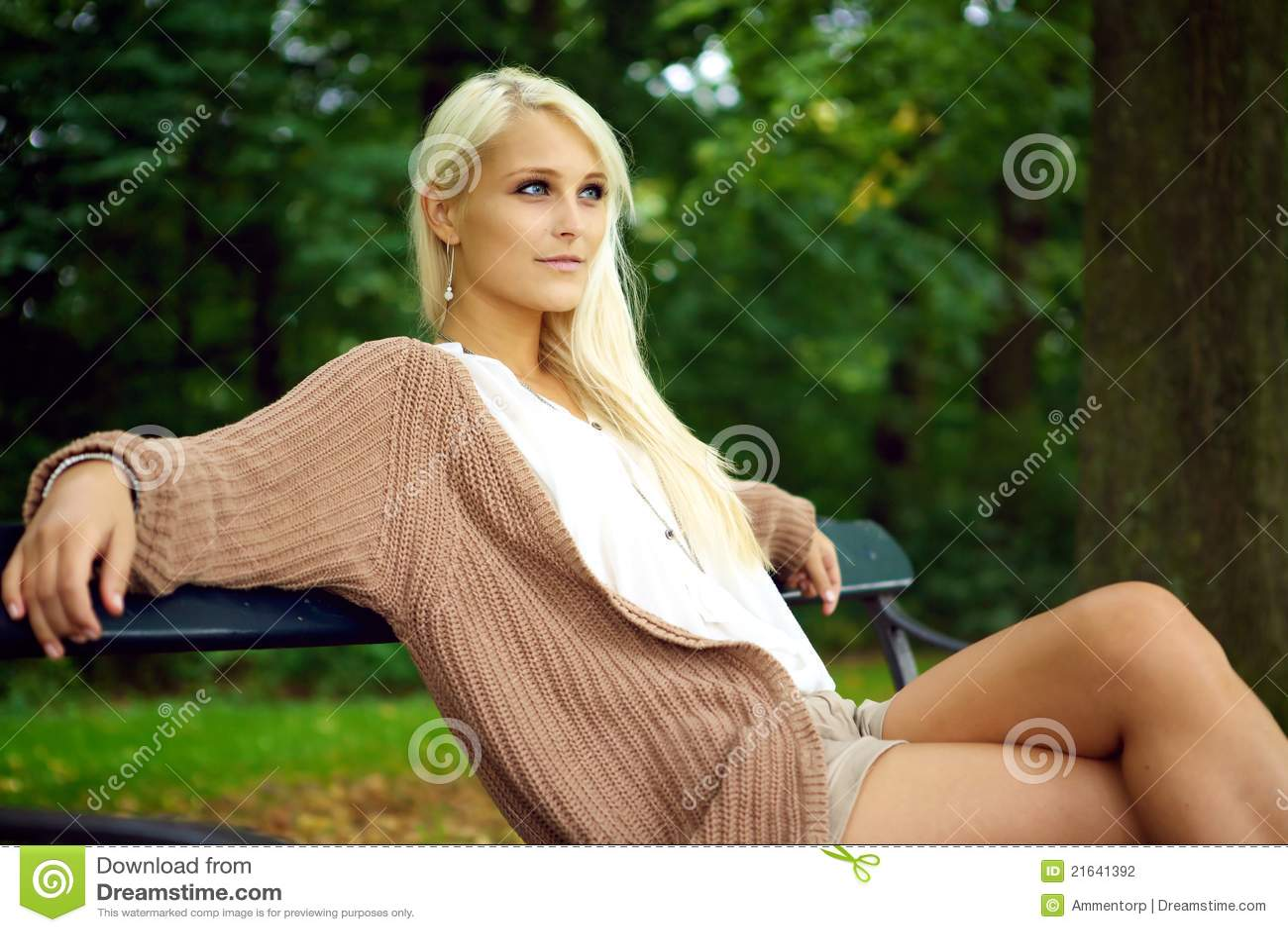 Señora joven atractiva que se relaja en naturaleza