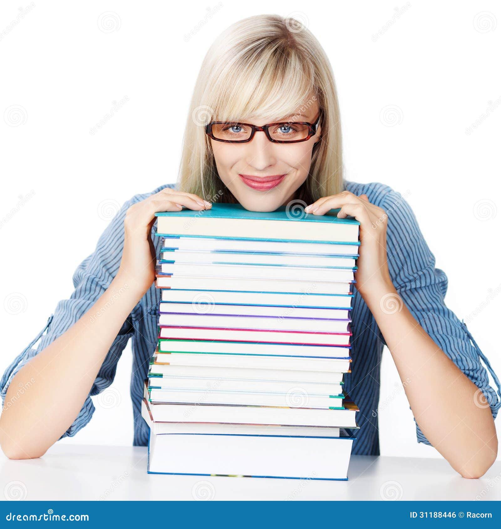 Señora joven con la pila de libros