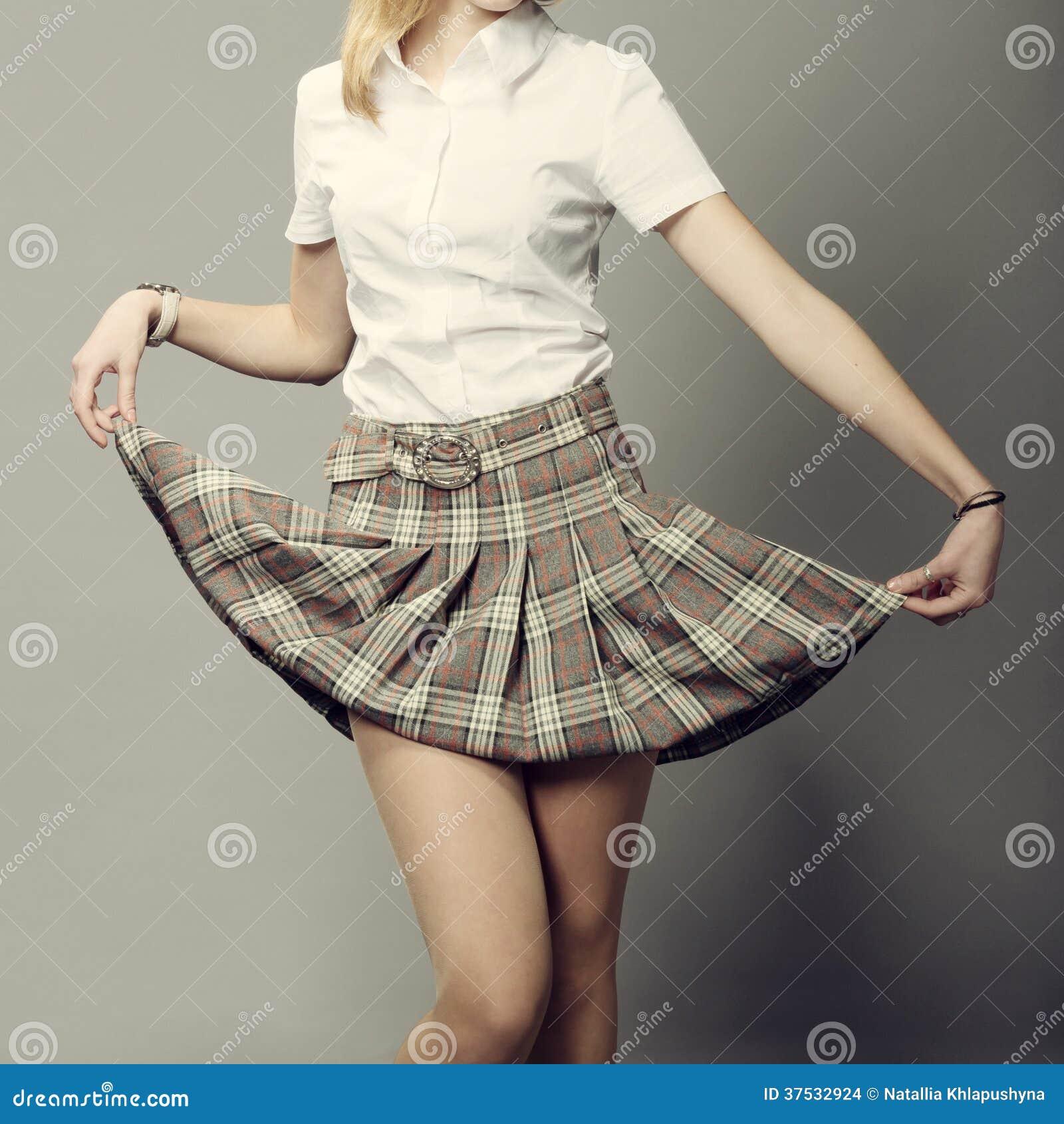 a369b5c02 Señora Joven Que Levanta Encima De Su Falda Corta Foto de archivo ...