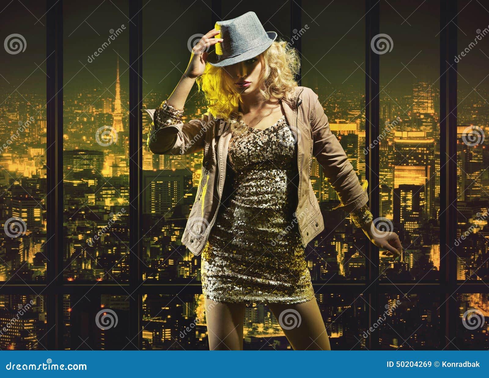 Señora joven sensual en el apartamento de lujo