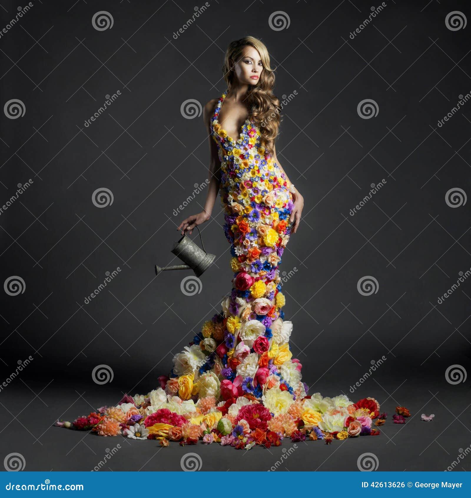 Señora magnífica en el vestido de flores
