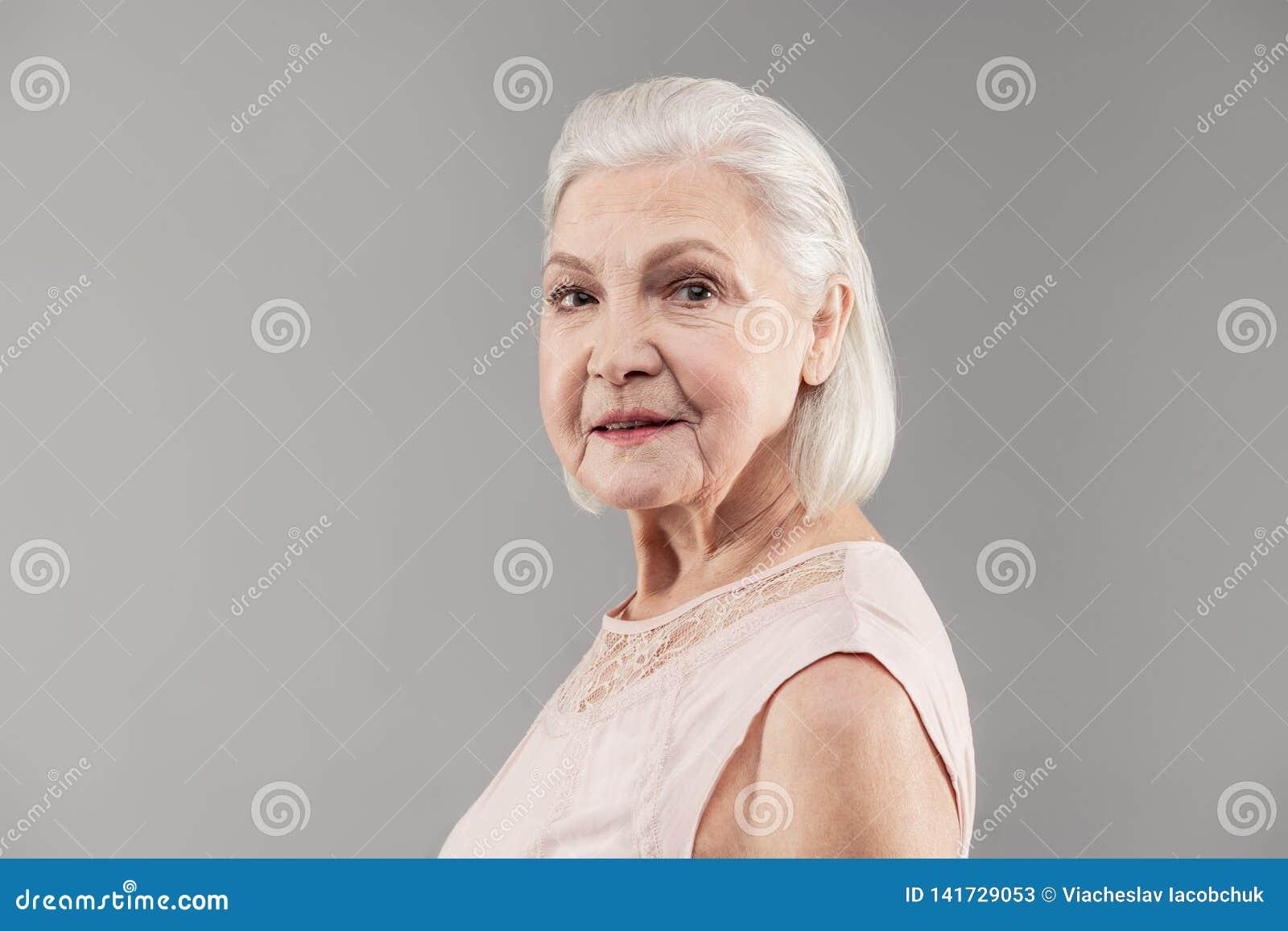 4497fab7b0fc Señora Mayor Resuelta Con El Corte De Pelo Ordenado De La Sacudida ...