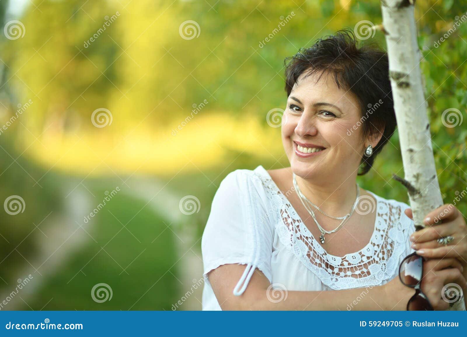 Señora que disfruta de verano al aire libre