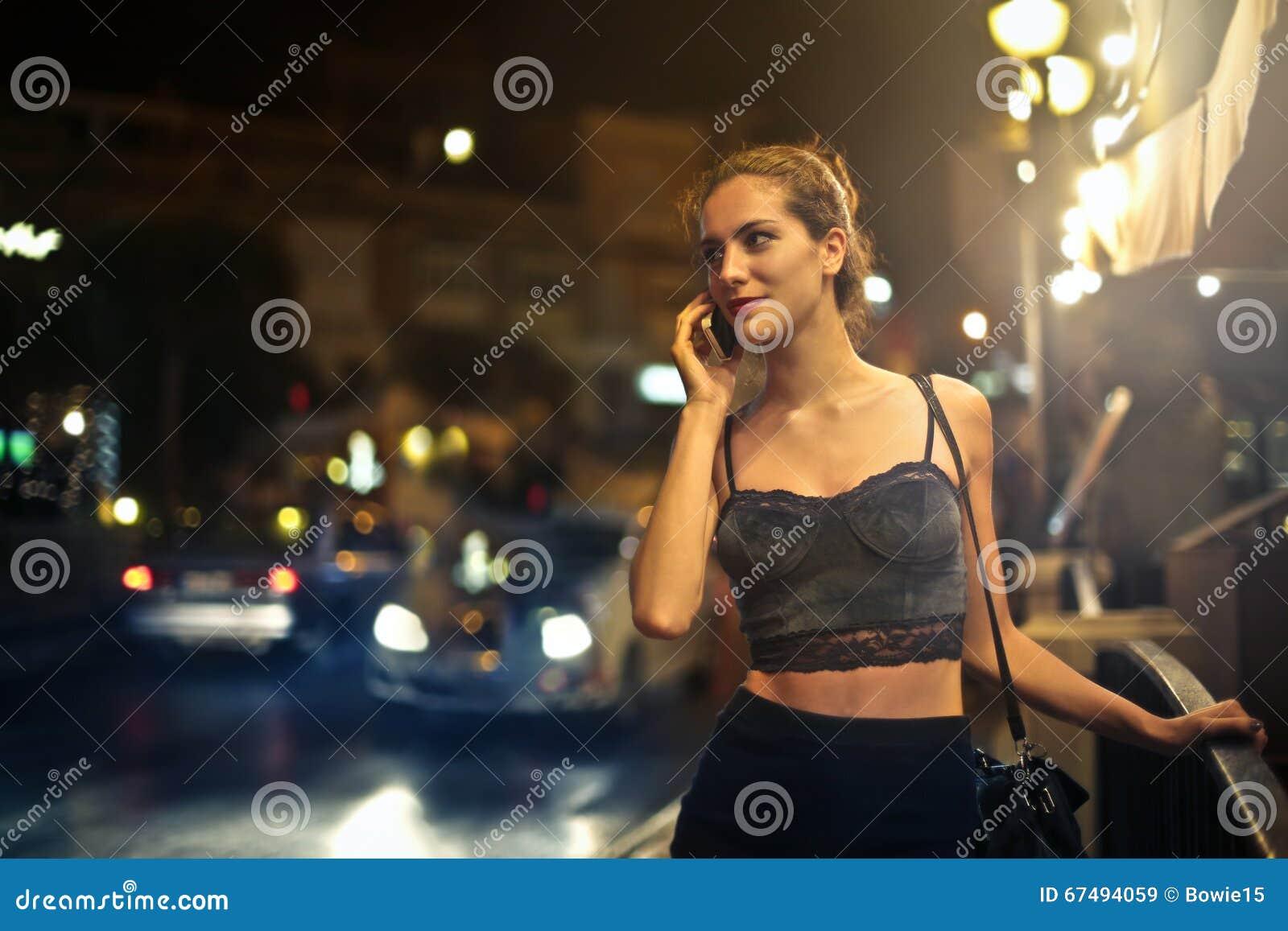 Señora que habla en el teléfono