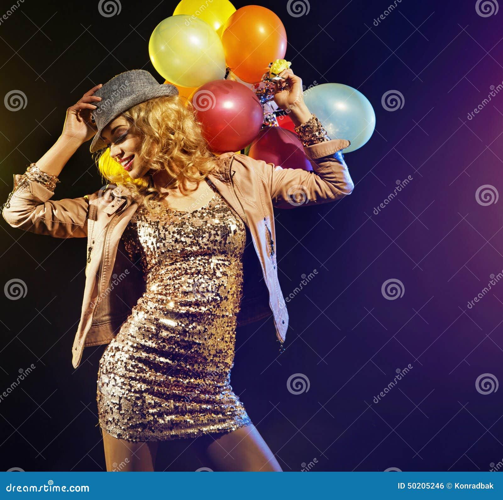 Señora que va de fiesta alegre con los globos coloridos