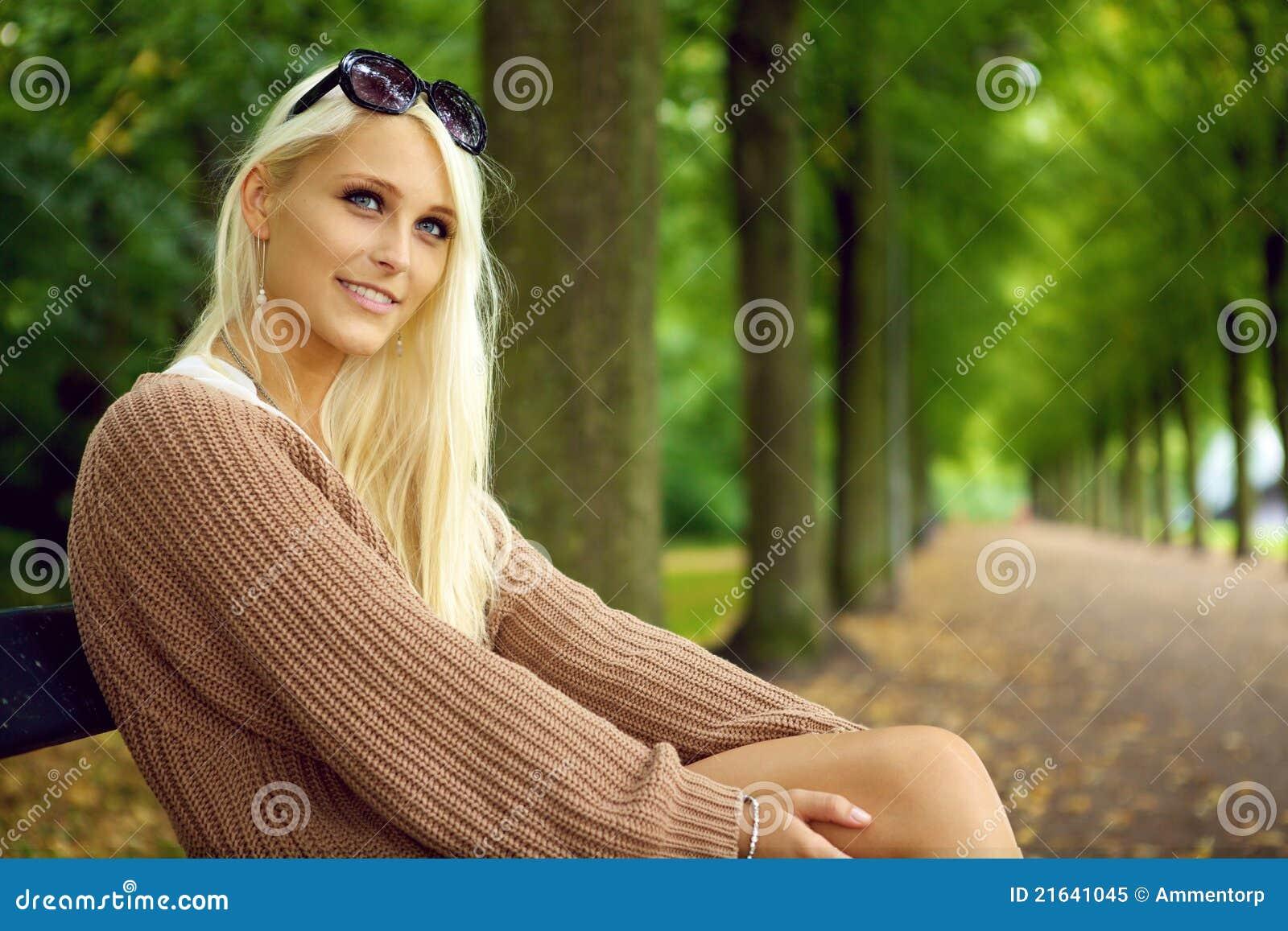Señora rubia joven atractiva atenta