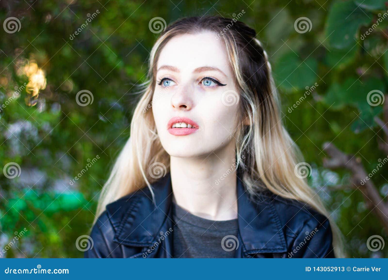 Señora rubia joven hermosa al aire libre