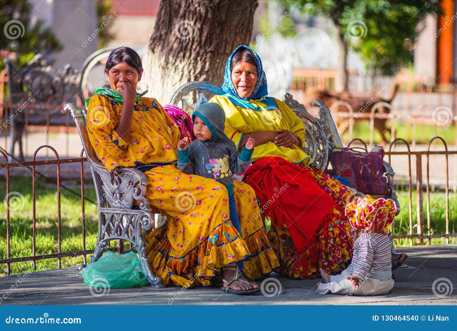 Señora Y Niños Indígenas Nativos En Vestido Colorido