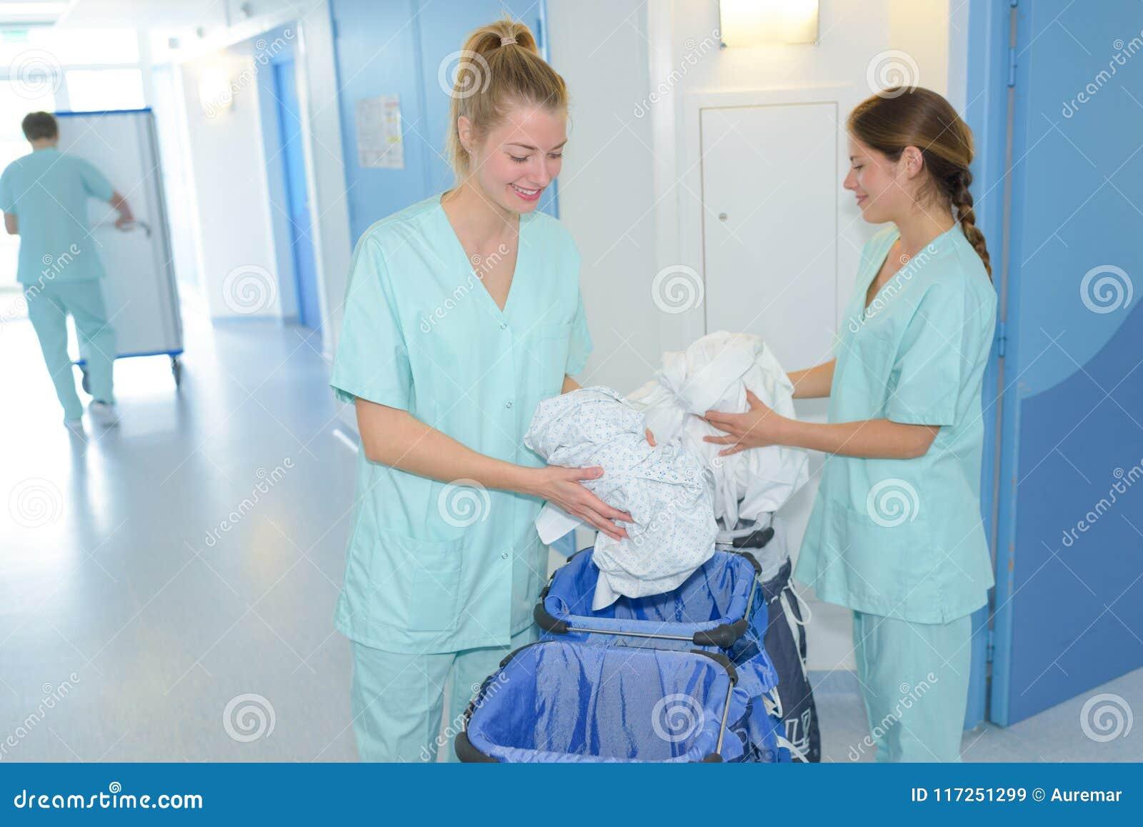 Señoras de la limpieza que hacen economía doméstica en clínica
