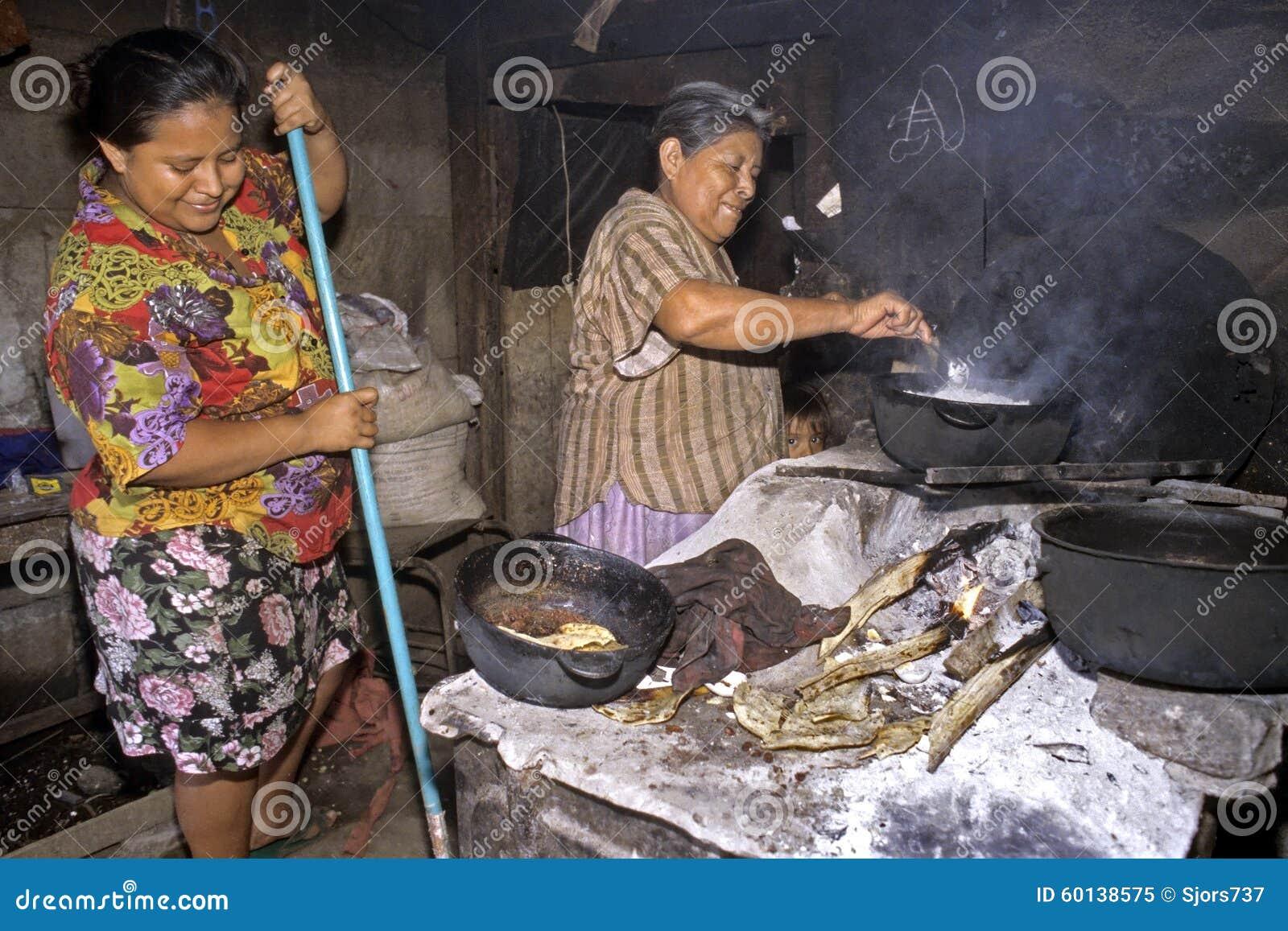 Señoras El Cocinar Y De La Limpieza En Cocina En Los Tugurios Imagen