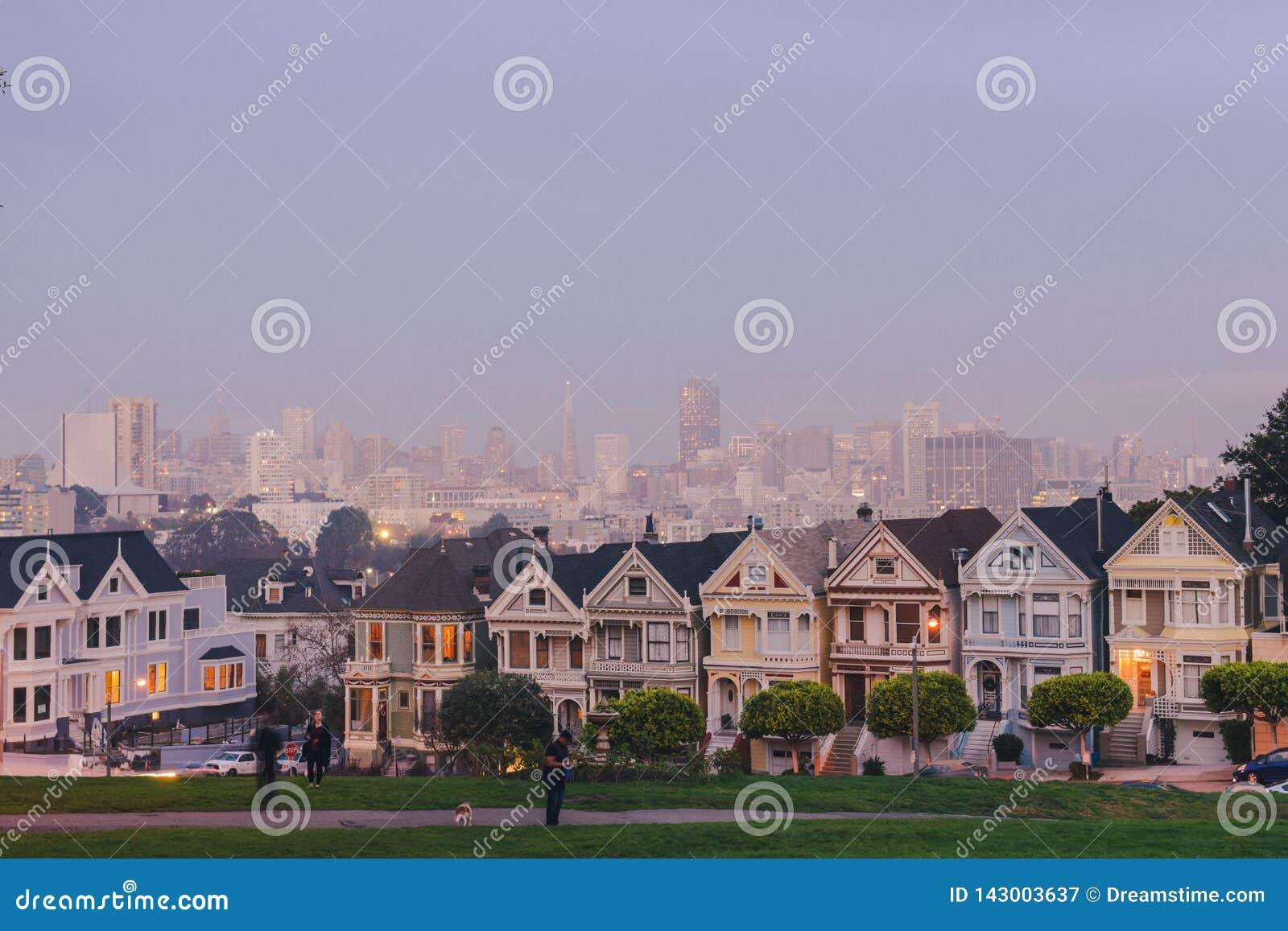 Señoras pintadas de San Francisco en luz hermosa
