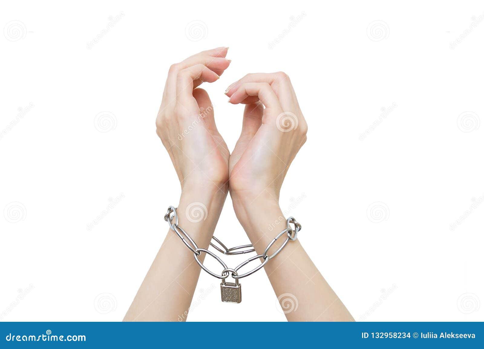 Se encadenan y se cierran las manos de las mujeres