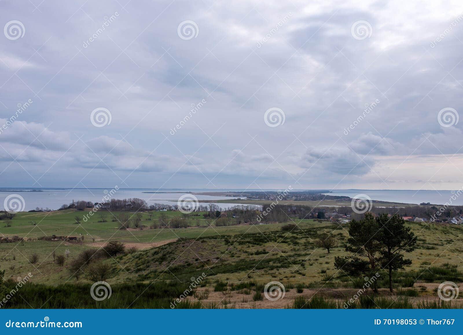 Se från Dornbusch till ön Hiddensee, det baltiska havet, den Ruegen ön, Tyskland