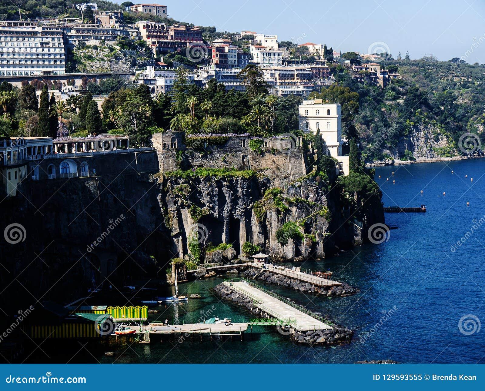 Se ner på de bada plattformarna från klipporna i Sorrento Italien