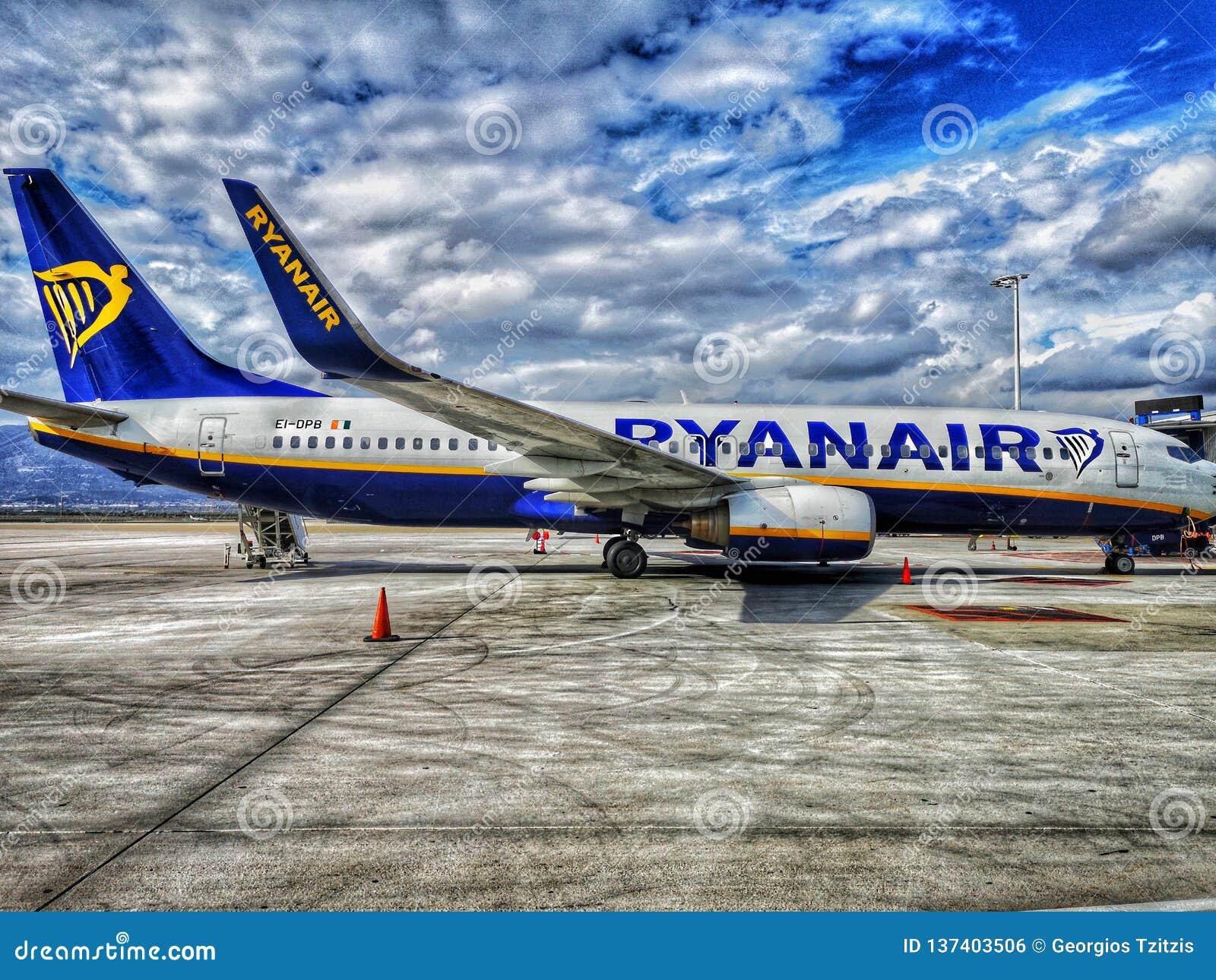 Se parquea el venizelo de los eleytherios del aeropuerto de Atenas, avión de Ryanair,