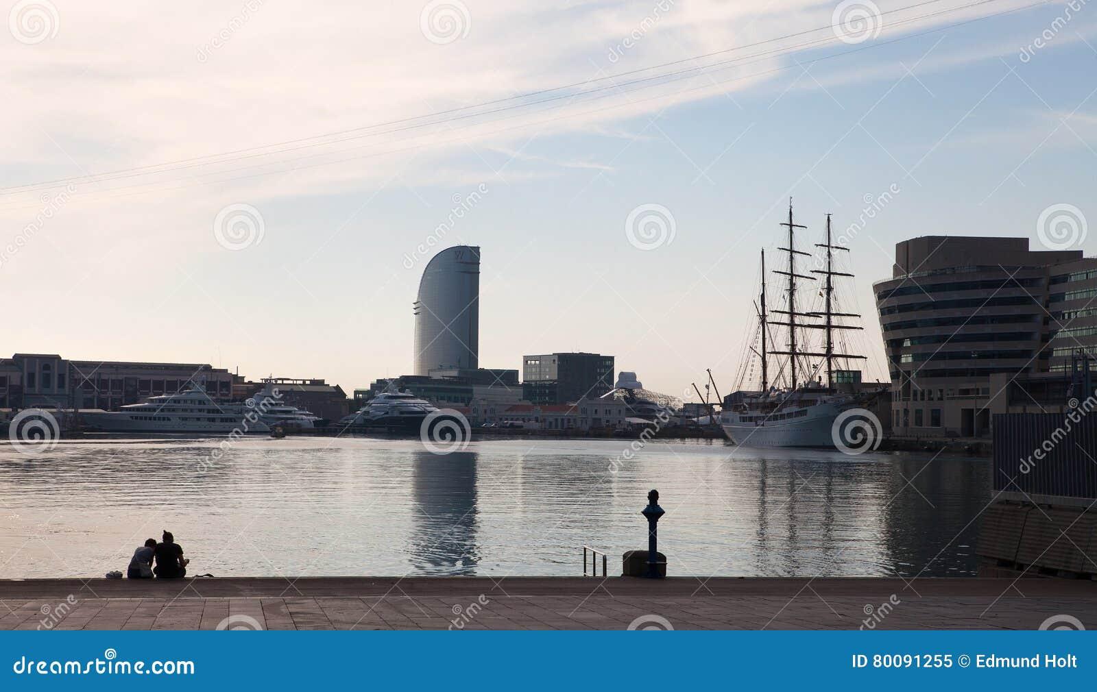Se reposant sur le dock de la baie, Barcelone